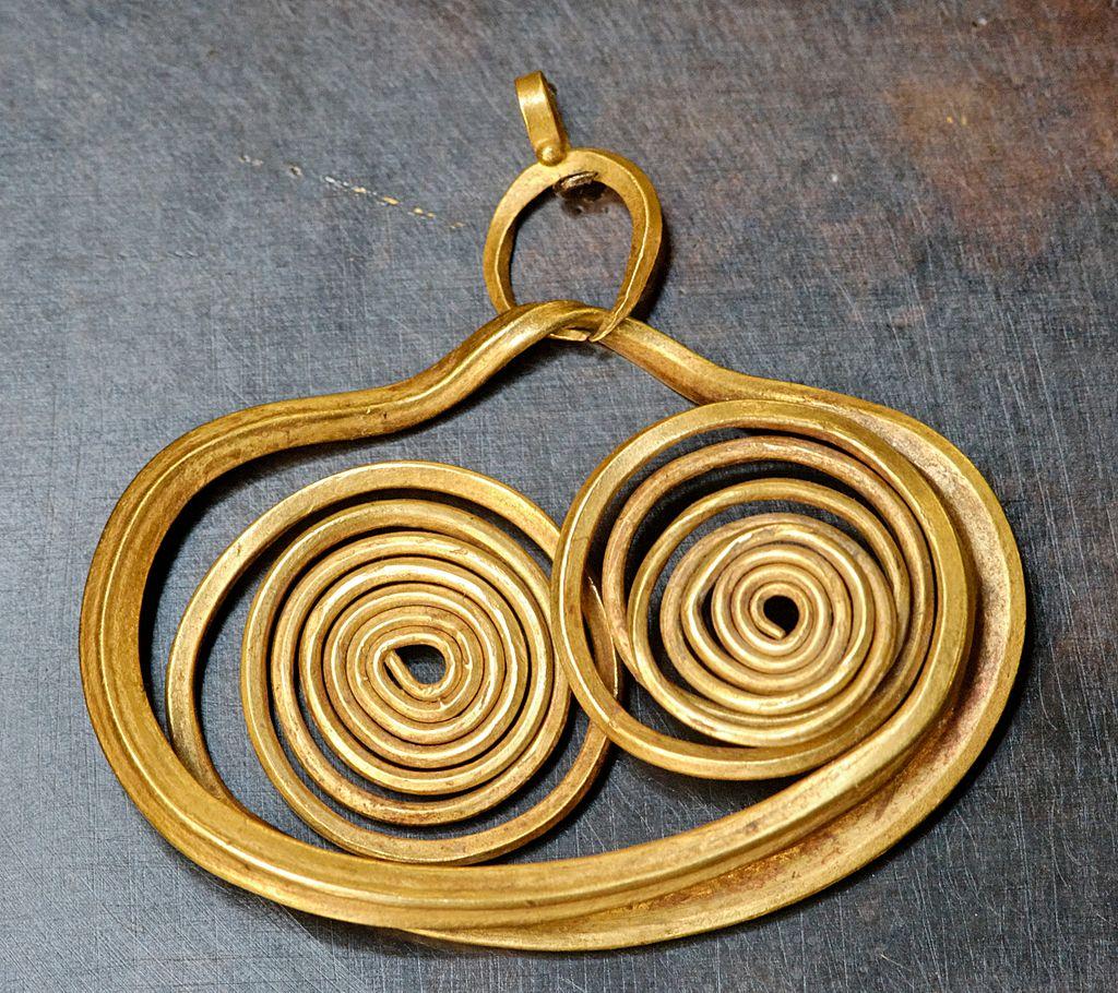 1024px-Earring_Mycenae_Louvre_Bj135